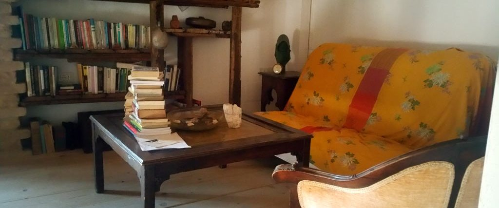 Angolo lettura e relax biblioteca libri filosofia e poesia centro meditazione Zorba il Buddha B&B