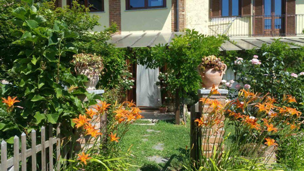Ingresso cancelletto esterno giardino centro di meditazione B&B Zorba Il Buddha Passerano Marmorito Asti