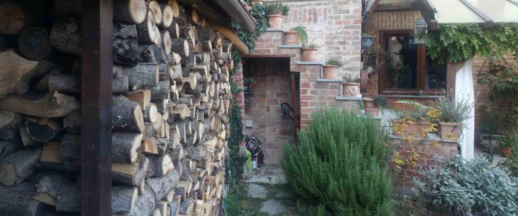 Sapore di legna al rosmarino vivere in collina B&B & Meditation Center Zorba Il Buddha Passerano Marmorito (AT)