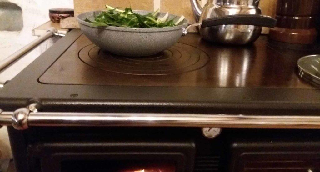 Cucina slow cottura a legna sul putagè B&B & Meditation Center Zorba il Buddha Passerano Marmorito Asti