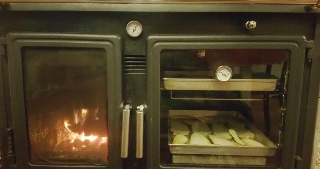 Cucina slow cottura forno a legna s B&B & Meditation Center Zorba il Buddha Passerano Marmorito Asti
