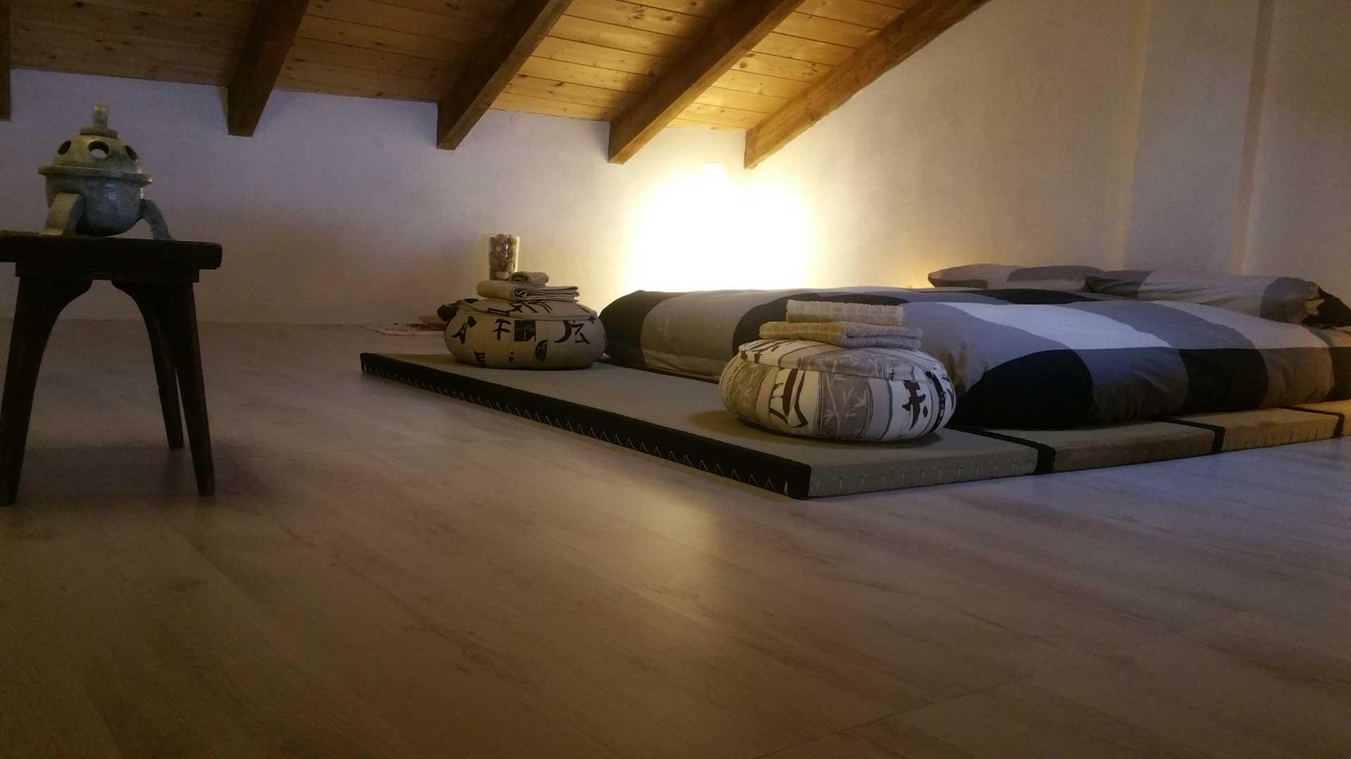 Camera zen scultura Arca Guido Farella cuscini meditazione zafu tatami futon matrimoniale B&B & meditation center Zorba il Buddha Passerano Marmorito Asti