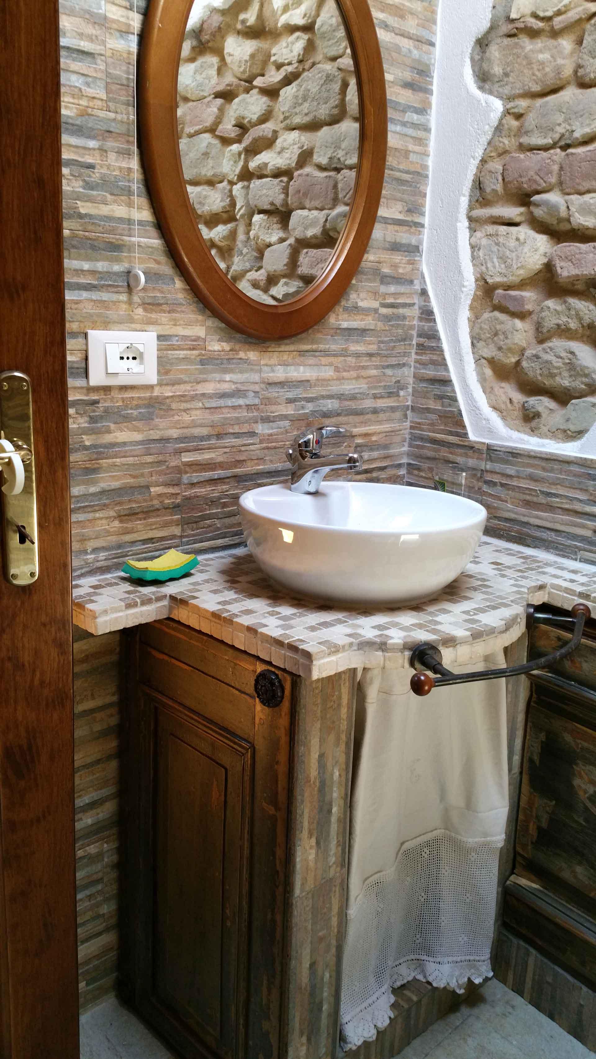Bagno camera 900 mobile bagno con lavabo in appoggio e specchiera B&B & Meditation Center Zorba il Buddha Passerano Marmorito Asti