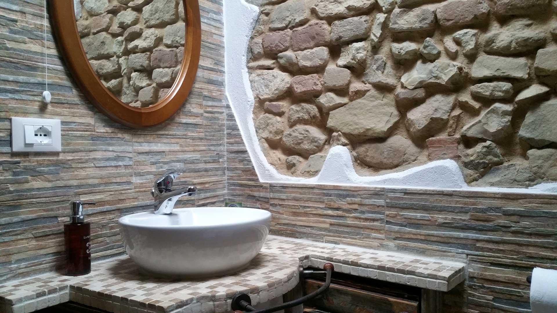 Bagno camera 900 specchio lavandino B&B & Meditation Center Zorba il Buddha Passerano Marmorito Asti