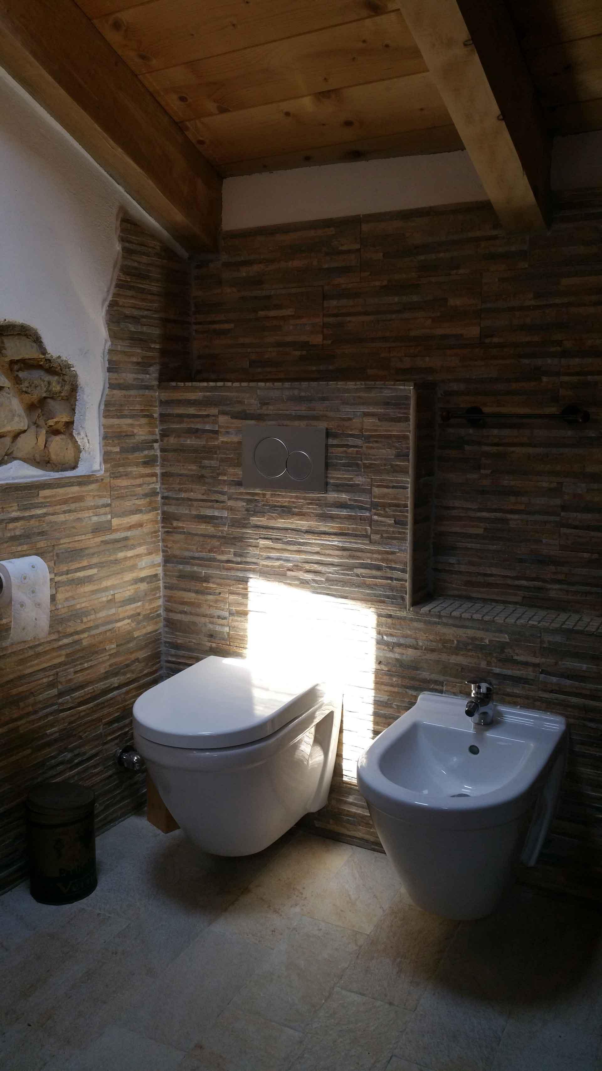 Bagno camera 900 comodino wc e bidet B&B & Meditation Center Zorba il Buddha Passerano Marmorito Asti