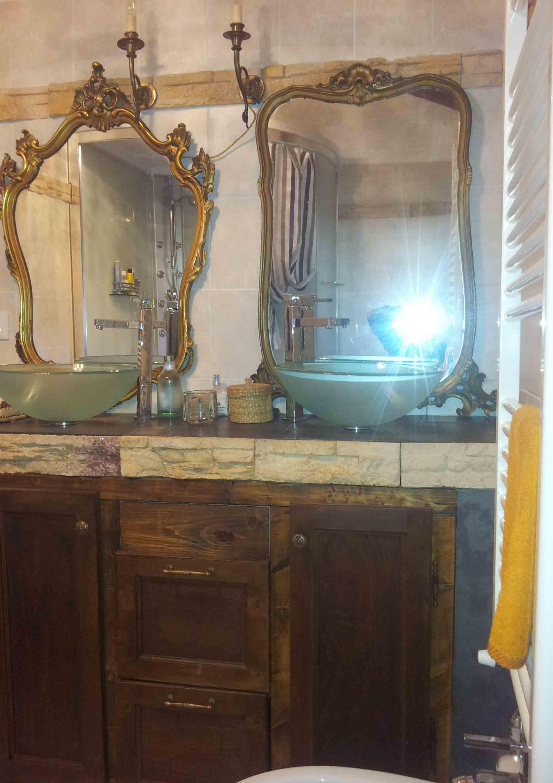 Bagno camera shabby doppio lavabo doppia specchiera B&B & meditation center Zorba il Buddha Passerano Marmorito Asti