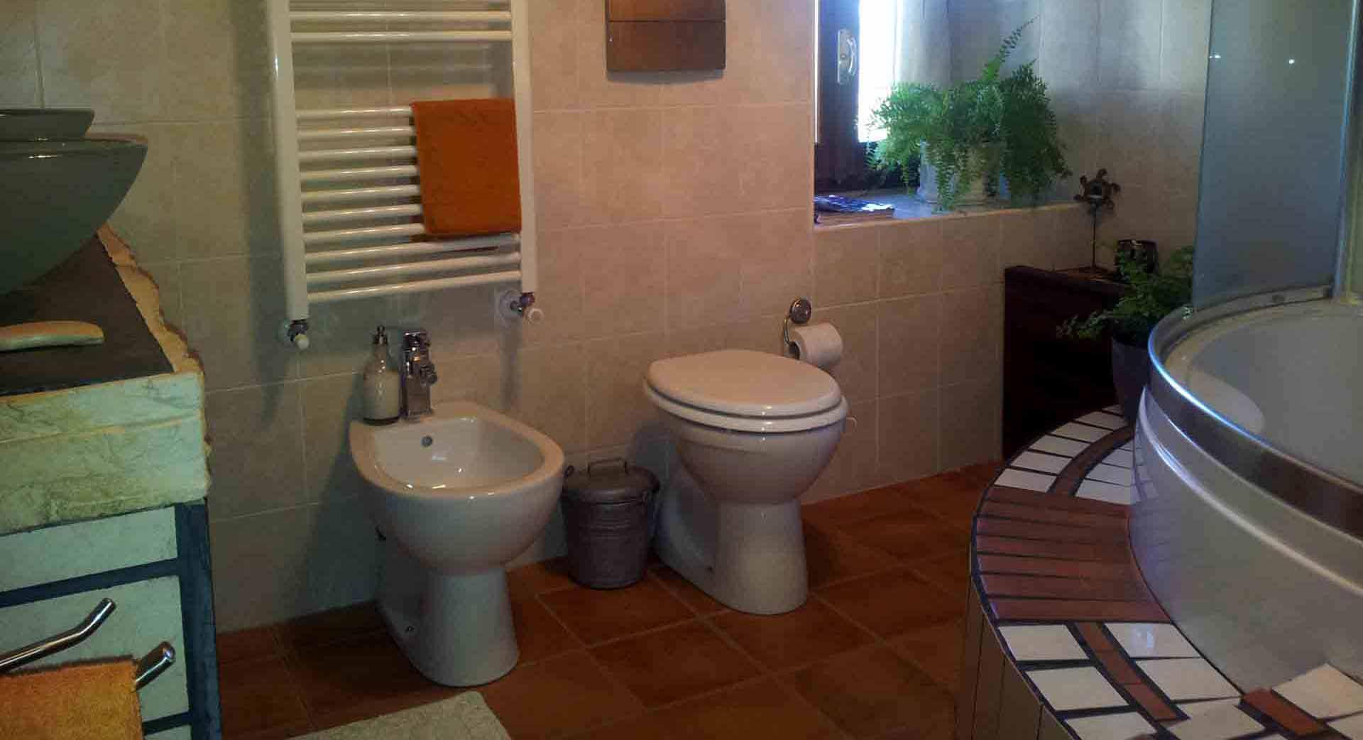 Bagno camera shabby sanitari vasca incasso B&B & meditation center Zorba il Buddha Passerano Marmorito Asti