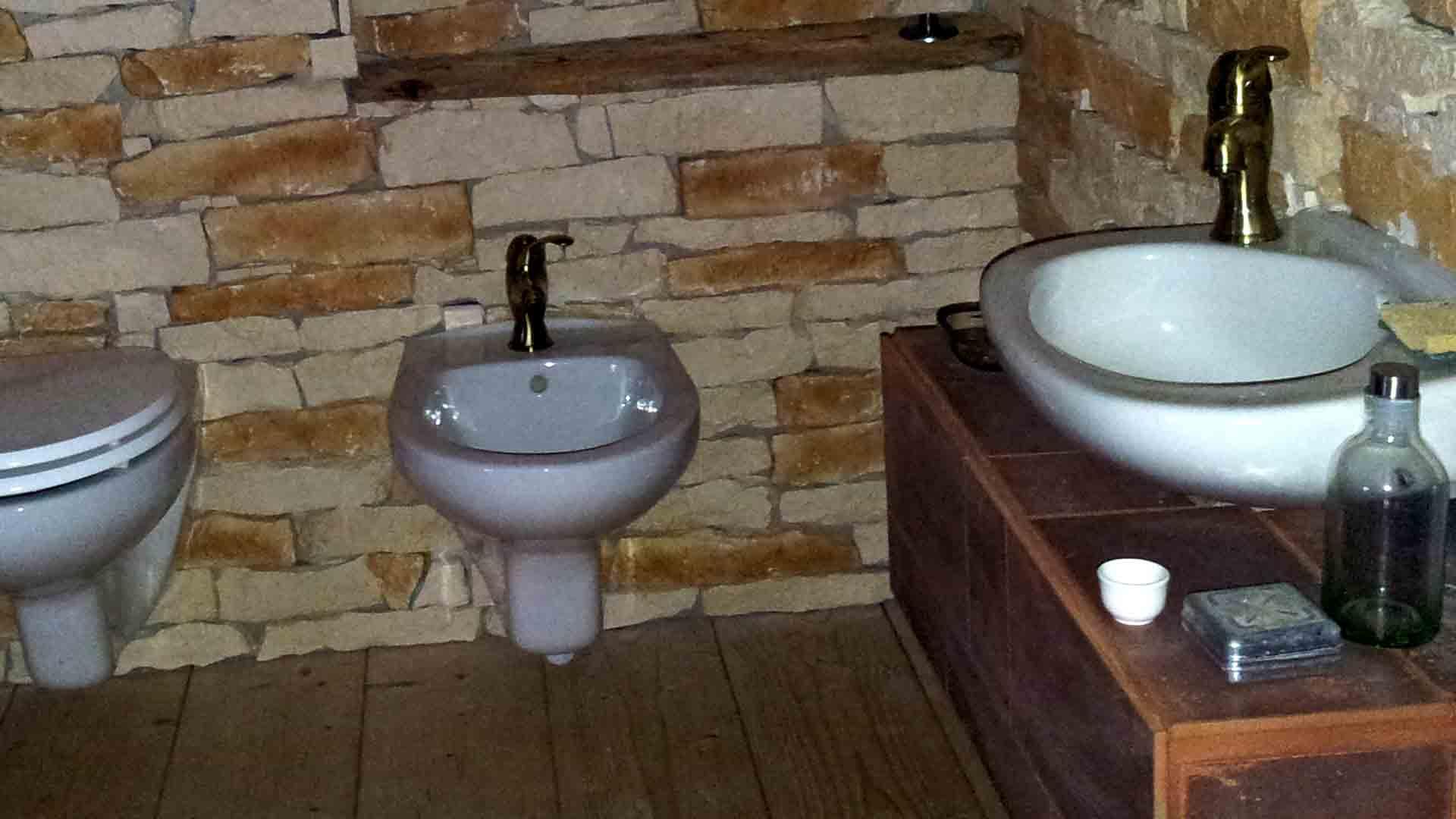 Bagno camera zen wc bidet lavandino sospeso B&B & meditation center Zorba il Buddha Passerano Marmorito Asti