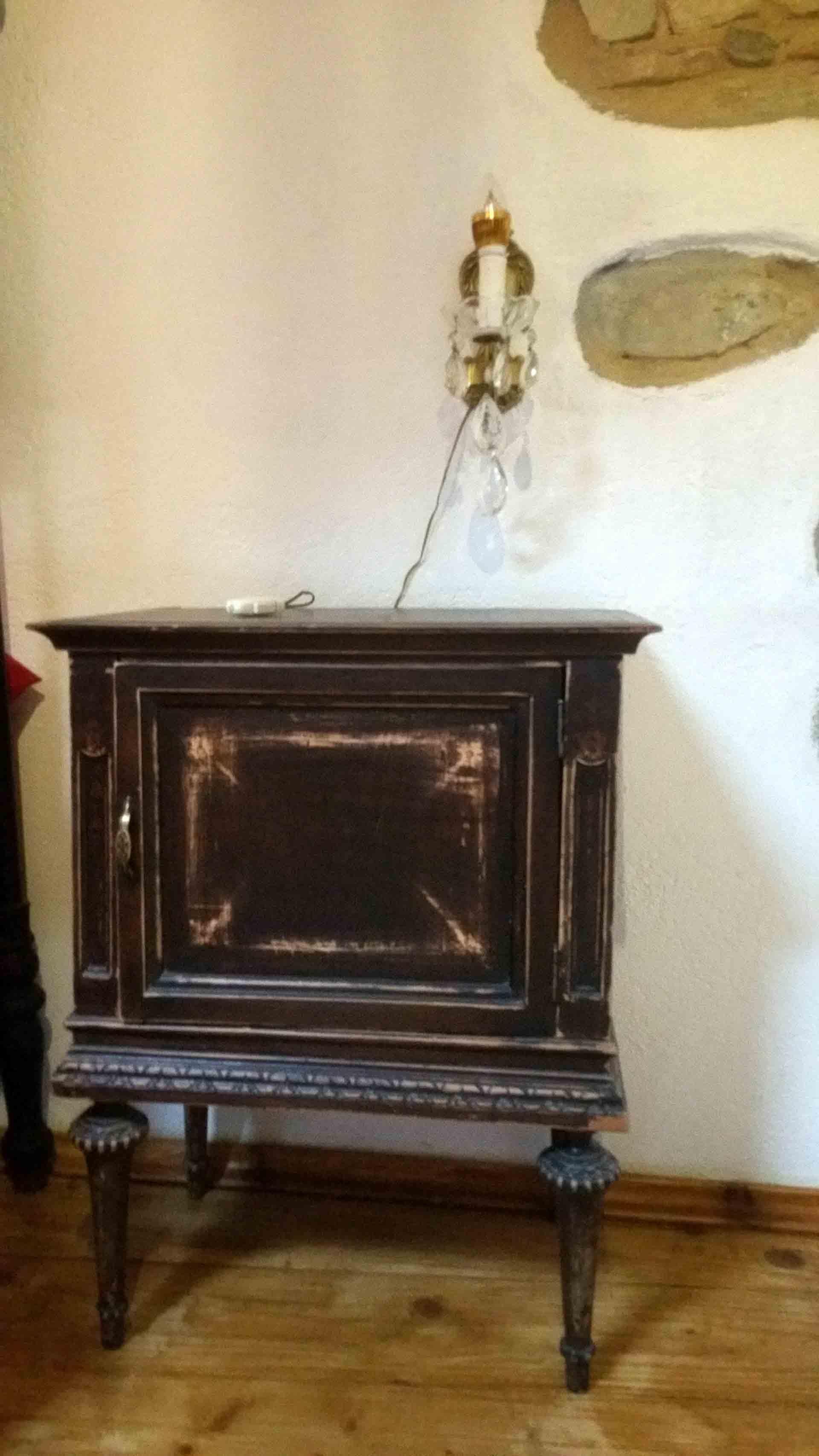 Camera 900 comodino in legno stile nonna rivisitato abatjour B&B & Meditation Center Zorba il Buddha Passerano Marmorito Asti