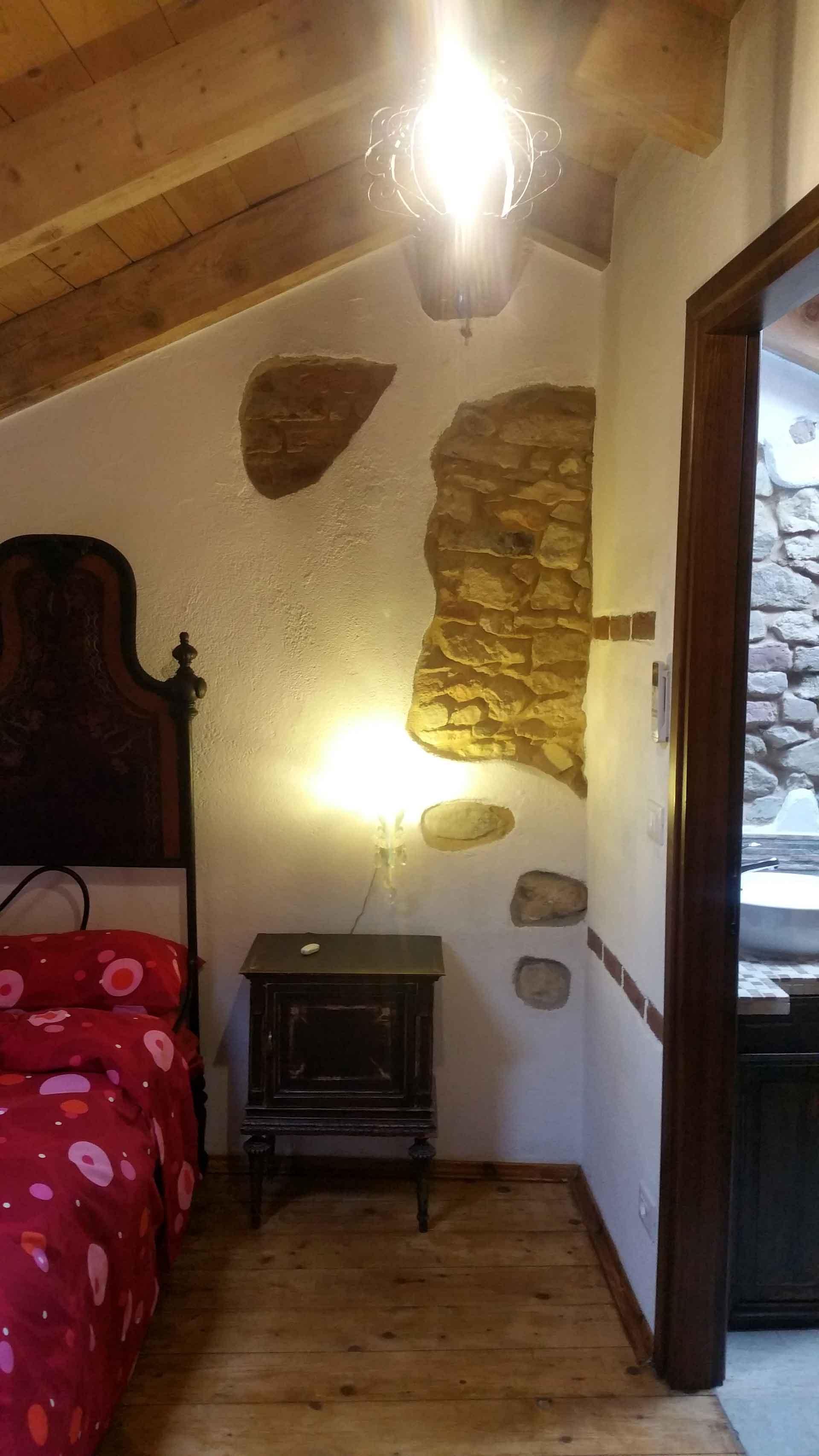 Camera 900 letto matrimoniale comodino abatiour ingresso bagno B&B & Meditation Center Zorba il Buddha Passerano Marmorito Asti