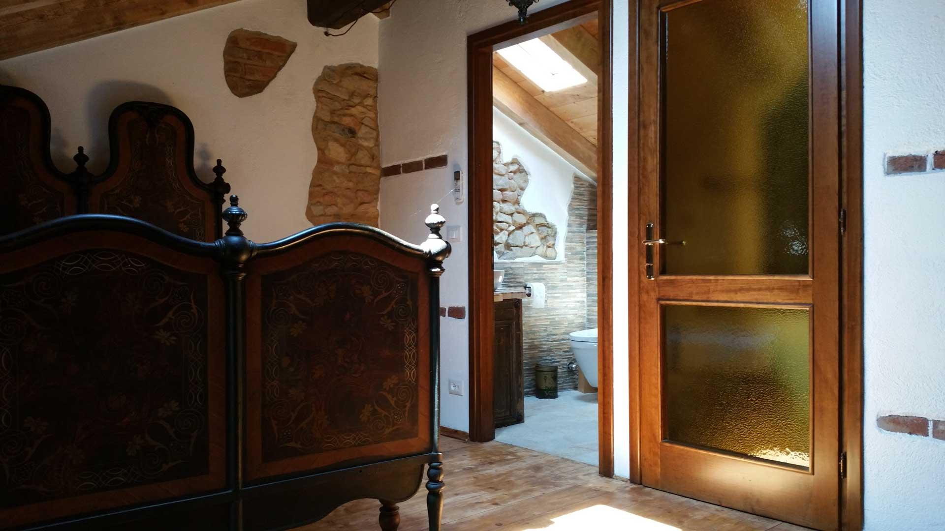 Camera 900 letto matrimoniale ingresso bagno B&B & Meditation Center Zorba il Buddha Passerano Marmorito Asti
