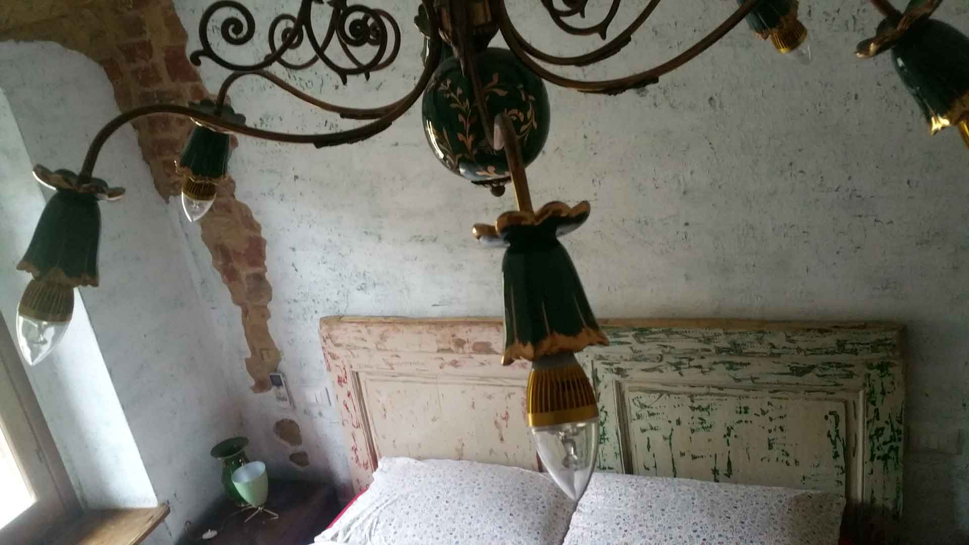Camera vintage letto matrimoniale lampadario ceramica anni 70 B&B & meditation center Zorba il Buddha Passerano Marmorito Asti
