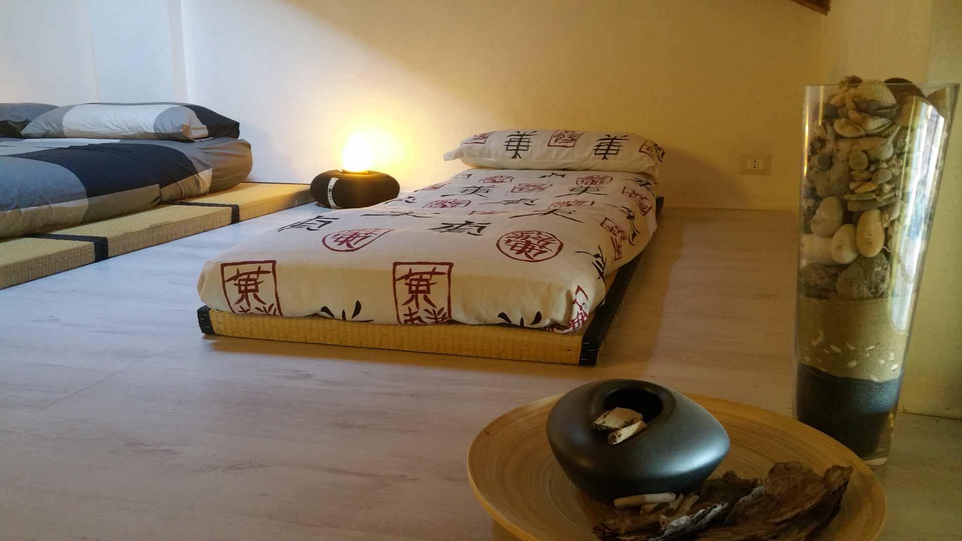 Camera zen composizione legno sassi acqua tatami tradizionale giapponese in paglia di riso futon falda di cotone singolo B&B & meditation center Zorba il Buddha Passerano Marmorito Asti