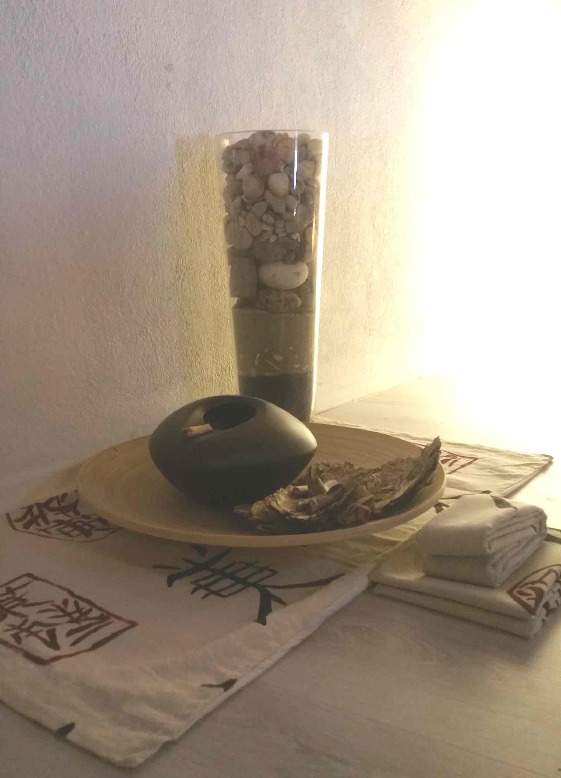 Camera zen composizione stoffa legno sassi acqua B&B & meditation center Zorba il Buddha Passerano Marmorito Asti