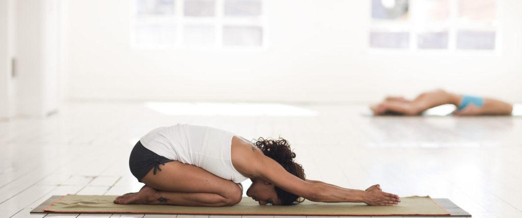 Pratica yoga saluto Al Sole giornata relax B&B & Meditation Center Zorba il Buddha Passerano Marmorito Asti