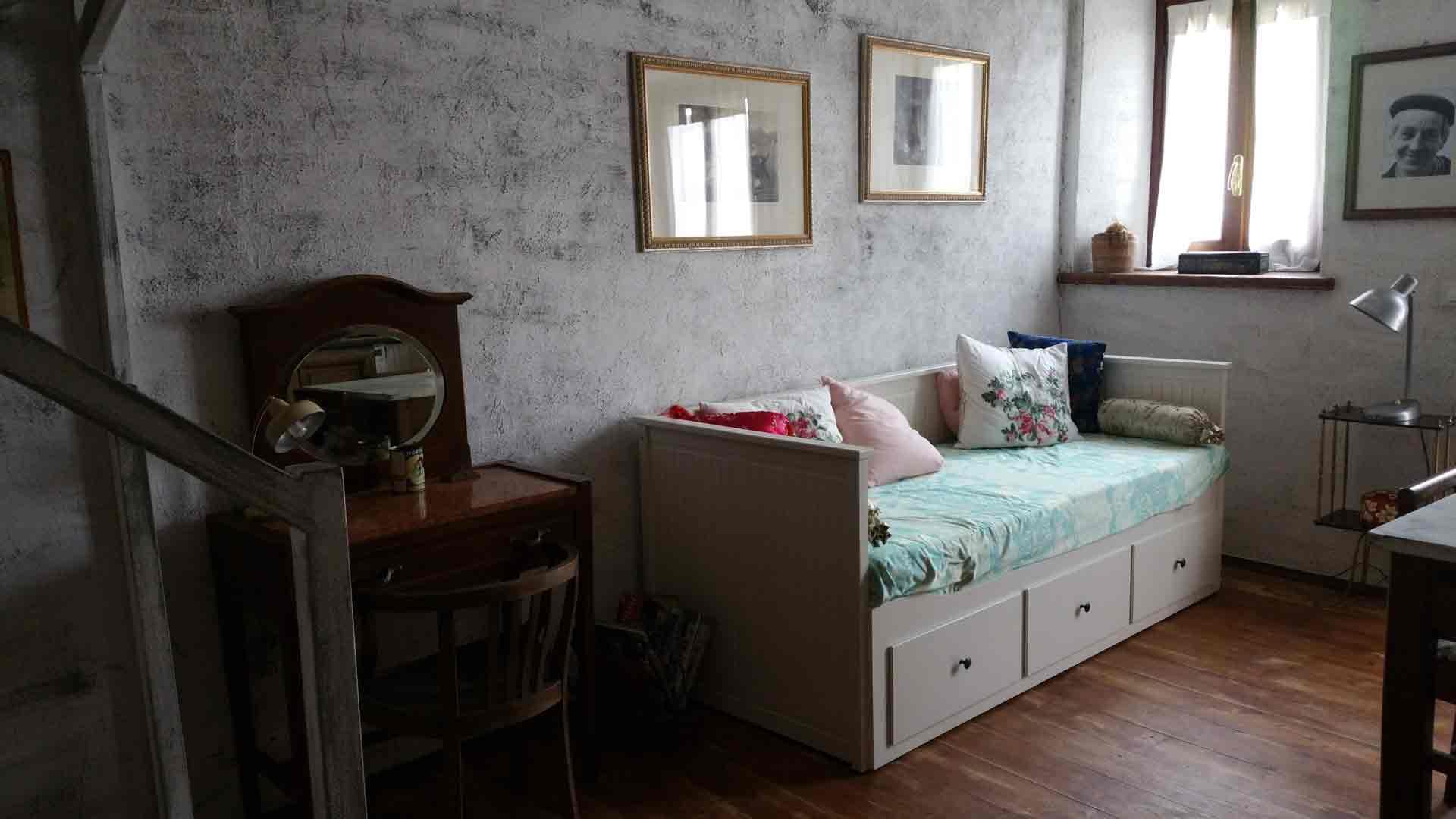 Alloggio 900 camera letto matrimoniale lettino e soggiorno con angolo cottura divano letto - Divano letto asti ...