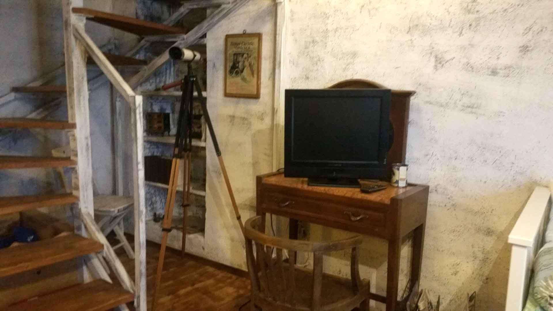 Soggiorno 900 poltroncina consolle televisore B&B & Meditation Center Zorba il Buddha Passerano Marmorito Asti