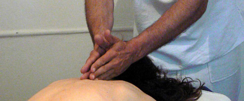 Trattamento colonna vertebrale massaggio Bodhi Vipal presso B&B & Meditation Center Zorba il Buddha Passerano Marmorito Asti